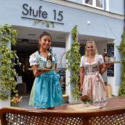Seit Freitag läuft die Landsberger Stadtwiesn. Gabriele Varela Meza und Sabrina Haag freuen sich in der Stufe 15 auf Gäste.