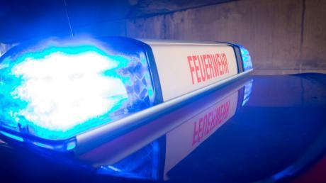 Nach einem Unfall ist ein Auto auf der B17 bei Hohenwart in Flammen aufgegangen.