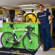 Franco Santoro von der Radsportwerkstatt aus Schondorf bestätigt den Fahrradboom im Landkreis Landsberg.