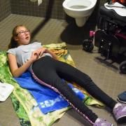 """""""Das ist menschenunwürdig"""", sagt Meike Wunder mit Blick auf ihre Tochter Marie, die auf dem Boden liegend gewickelt werden muss. Die öffentlichen Toiletten in Landsberg stehen in der Kritik."""