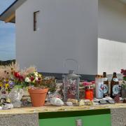 An der Unglücksstelle erinnert heute eine provisorische Gedenkstätte an die Opfer des Denklinger Baustelleunfalls.