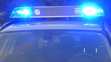 Ein Auto ist auf der Bundesstraße 2 bei Pähl mit einem Lkw mit Langholz-Anhänger zusammengestoßen.