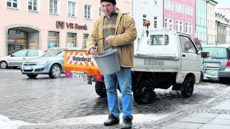 Nicht nur die kommunalen Räumdienste hatten gestern einiges zu tun, sondern auch die privaten, wie zum Beispiel Lulzim Haxhiu, der in der Herkomerstraße in Landsberg den Gehweg salzte. Fotos: Thorsten Jordan