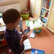 Viele Kinder dürfen das Smartphone ihrer Eltern hin und wieder mitnutzen, vor allem, um zu spielen. Jedes sechste Kind zwischen 6 und 13 Jahren hat aber auch schon ein eigenes. Foto: Jens Kalaene