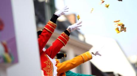 Bei Karnevalszügen fliegen jede Menge Süßigkeiten durch die Luft.