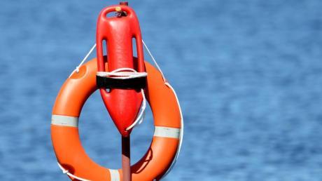 Am Wörthsee ist am Samstagnachmittag eine 37-Jährige beim Stand-Up-Paddling verunglückt. Taucher bargen die Frau tot aus dem Gewässer. Symbolfoto.