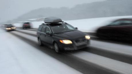 Das Gepäck des Ski-Urlaubers hat sich aus der Dachbox auf die Fahrbahn der A7 entleert.