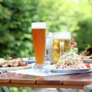 Eine deftige Brotzeit und ein kühles Bier machen den Besuch im Biergarten perfekt.