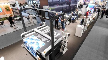 Die auf der ISPO vorgestellte digitale Musteranlage namens «Micro Factory» produziert Individualanfertigungen und Kleinserien.