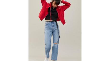 Lässig: Besonders Cropped-Jeans in 7/8-Länge sind in diesem Sommer ein großes Thema. Die Taille wird dabei oft mit einem Gürtel zusätzlich betont (Shirt ca. 30 Euro, Jacke ca. 90 Euro, Hose ca. 120 Euro). Foto:Levi's