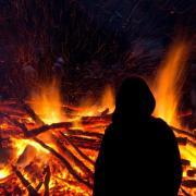 Vor dem Anzünden eines Osterfeuers sollte man die Igel, Vögel oder Waldeidechsen retten, die sich eventuell unter dem Holz verstecken. Foto: Boris Roessler