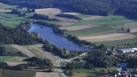 Aus dem Aufstau der Roth um zweieinhalb Meter entstand der Rothsee. Seitdem dient er als Naherholungsort bei Zusmarshausen.
