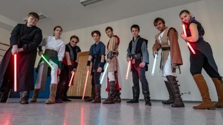 Die Mitglieder der Jedi Academy stehen mit ihren Lichtschwertern in der Turnhalle der ehemaligen Schule in Loibling. Foto: Armin Weigel