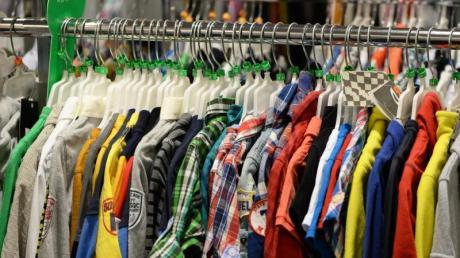 Dreiste Angestellte: Immer wieder nahm eine Frau Klamotten von ihrer Arbeitsstelle mit nach Hause - ohne zu zahlen. Jetzt flog sie auf.