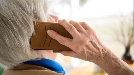Am Telefon geben sichBetrüger gegenüber Senioren meist als Verwandter oder auch als Polizist aus.