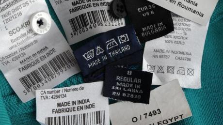 Die meiste Kleidung wird in Billiglohnländern in Asien und Osteuropa produziert. Das Siegel «Grüner Knopf» soll Hersteller zur Einhaltung von 26 Sozial- und Umweltstandards verpflichten. Foto: Jens Kalaene