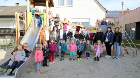 """Im Januar sind die Kindergarten- und Krippenkinder wieder in das """"Schwalbennest"""" eingezogen. Rechts im Bild von links: Die Mitarbeiterinnen im Kindergarten Anja Kubina, Tanja Wiedemann und Praktikantin Dinah Hornich."""