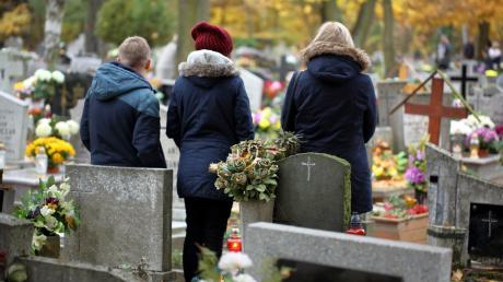 AdobeStock_226047468_von_wideonet_Friedhof_Grab_Allerheiligen.jpg