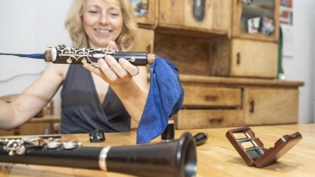 Carola Misgeld probiert sich nun an der Klarinette ihres früh verstorbenen Bruders aus, welche ihre Mutter wie einen kostbaren Schatz hütete. Foto: Robert Günther/dpa-tmn