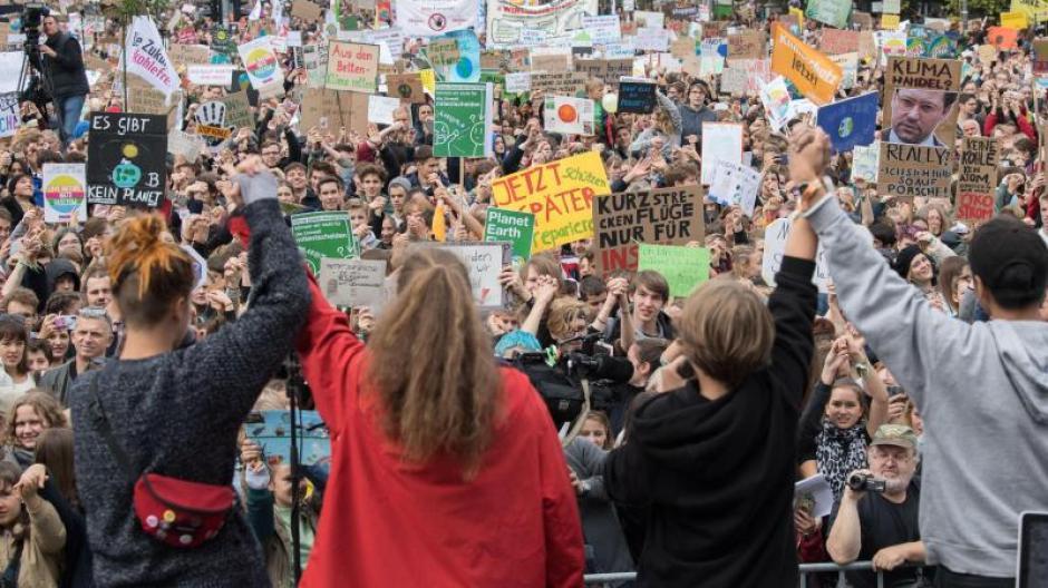 Laut der aktuellen Shell-Jugendstudie fürchten sich Jugendliche am meisten vor Umweltverschmutzung. Foto: Jörg Carstensen/dpa