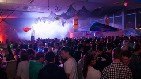 Heftige Beats, kühle Drinks und eine tolle Lichtershow erwartet alle Besucher der Riverside-Party in der Sporthalle Glött auch 2019.