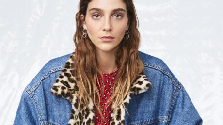 """Ein Model trägt eine Jeans-Jacke im 80er-Jahr-Stil mit dem Namen """"Sherpa Trucker Jacket"""" aus der Kollektion Herbst/Winter 2019 von Levi's. Foto: -/Levi's/dpa"""