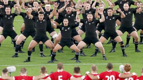 Rugby: WM, Männer, Neuseeland - Wales, K.o.-Runde, Spiel um Platz: Die Spieler von Neuseeland führen vor Spielbeginn gegenüber der walisischen Mannschaft einen Haka auf.