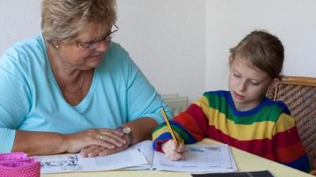 Hausaufgaben-Hilfe statt Ruhestand: Für viele Ältere ist das Rentenalter keine Zeit zum Faulenzen. Foto: Silvia Marks/dpa-tmn