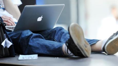 Welche Medien junge Menschen als Informationsquelle nutzen, hängt vom Thema ab. Bei der Debatte um das Urheberrecht etwa haben meist soziale Medien Vorrang.