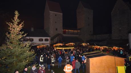 Erleben Sie am 30. November und 1. Dezember die einzigartige stimmungsvolle Atmosphäre des romantischen Adventsmarkts im Nassenfelser Burghof.