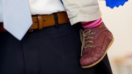 Arbeiten beide Elternteile in Vollzeit, ist die Belastung im Alltag hoch. Der Stress kann gesundheitliche Folgen haben.
