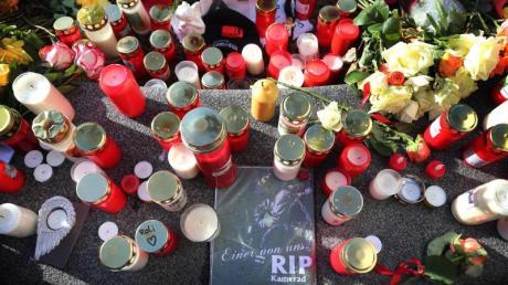 """""""Einer von uns RIP Kamerad"""" ist am Königsplatz zwischen Grablichtern zu lesen. Ein Feuerwehrmann war am Freitagabend nach einem Schlag so schwer verletzt worden, dass er noch vor Ort starb."""