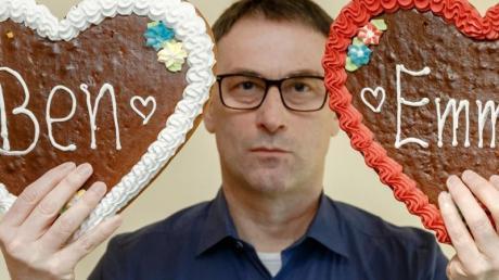 Der Hobby-Namensforscher Knud Bielefeld zeigt zwei Lebkuchenherzen mit den Aufschriften «Ben» und «Emma», die beliebtesten Namen des Jahres 2019.