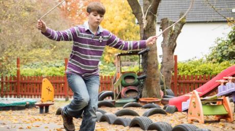 Im Park, auf dem Spielplatz oder einfach nur toben - aktiv sollten Kinder bei jedem Wetter sein.