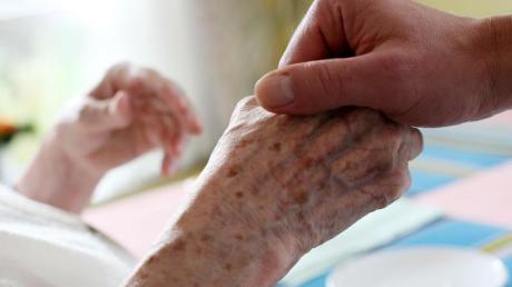 Pflegende Angehörige, die wieder in den Job einsteigen wollen, sollten sich nicht übernehmen.