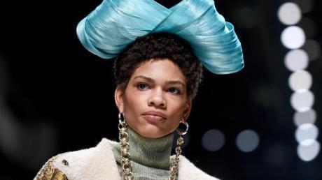 Dekorativ: Eine riesige Schleife schmückt den Kopf dieses Models.