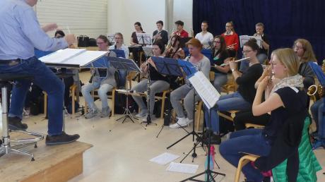 """Der Dasinger Musikverein bei einer Probe für die Operette """"Land des Lächelns"""" im vergangenen Jahr. Auch heuer bestreiten die Mitglieder wieder viele Termine in der Gemeinde."""