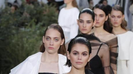 Kaia Gerber führt bei der Chanel-Show die Riege der Models an.