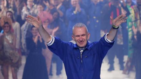 Der französische Mode-Designer Jean Paul Gaultier verabschiedet sich vom Publikum.