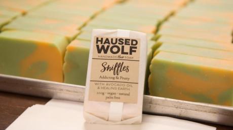 Eine Seife der Sorte Sniffles liegt im Laden des Seifenherstellers Housed Wolf GbR in Nürnberg auf einem Tisch.
