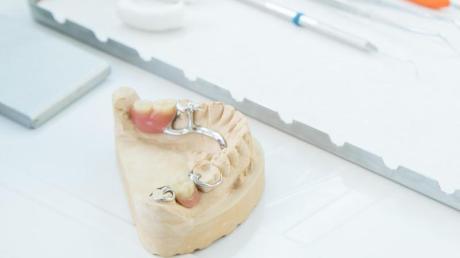 Eine Zahnprothese benötigt mindestens so viel Pflege wie echte Zähne - sonst droht sie zur Keimschleuder zu werden.