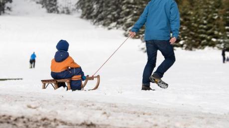 Es gibt keinen Schnee mehr! Eltern, die ihre Kinder auf dem Schlitten durch den Schnee ziehen - die Szene war in den vergangenen Jahren kaum noch zu beobachten.
