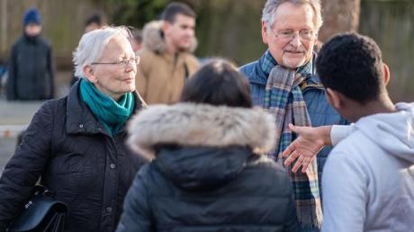 In Zweierteams bieten Senioren an einer Frankfurter Gesamtschule jede Woche Gesprächszeiten an, stehen Schülern bei der Konfliktlösung zur Seite und haben ein offenes Ohr für deren Sorgen und Ängste.