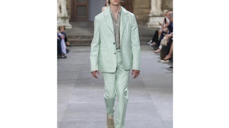Die Designer setzen bei Anzügen zunehmend auf softe Töne wie pastelliges Grün. Hier ein Beispiel von Salvatore Ferragamo (Anzug ca. 7.500 Euro, Hemd ca. 430 Euro).