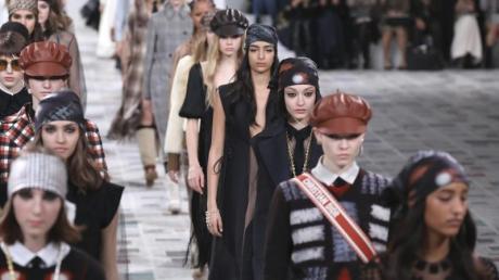 Models präsentieren die Herbst/Winter Damenkollektion 2020/21 von Dior.