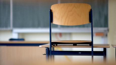 Wegen des Coronavirus werden mehrere Schulen im Landkreis Augsburg vorübergehend geschlossen.