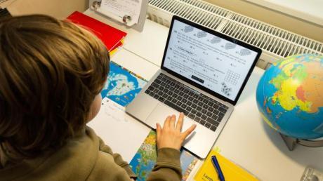 Wegen des Corona-Virus bleiben die Schulen geschlossen. Nun muss der Unterricht online stattfinden. Eine Herausforderung auch für die Lehrer.