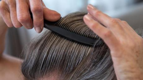 Wenn die Friseure nicht öffnen dürfen, gibt es nur zwei Möglichkeiten: Entweder man lässt die Haare wachsen oder man übernimmt das Haareschneiden selbst.