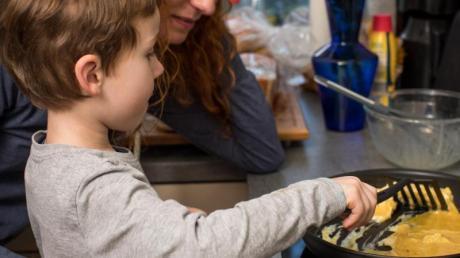 Zu Hause gemeinsam kochen: In vielen Familien ist das Alltag. Dabei lassen sich Hygieneregeln gut an Kinder vermitteln.