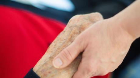 Auf nicht unbedingt notwendige Körperkontakte sollten pflegende Angehörige jetzt verzichten.